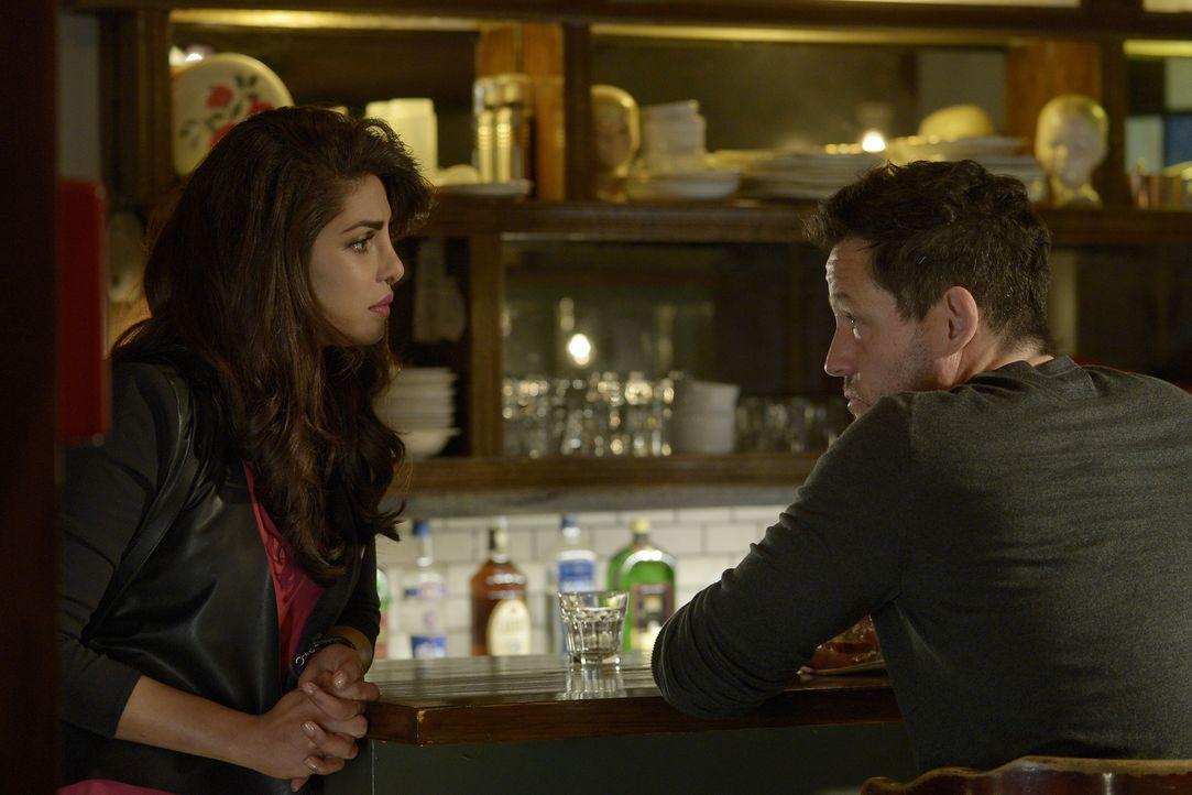 Kann Alex (Priyanka Chopra, l.) Liam (Josh Hopkins, r.) vom Trinken abhalten? - Bildquelle: Philippe Bosse 2015 ABC Studios