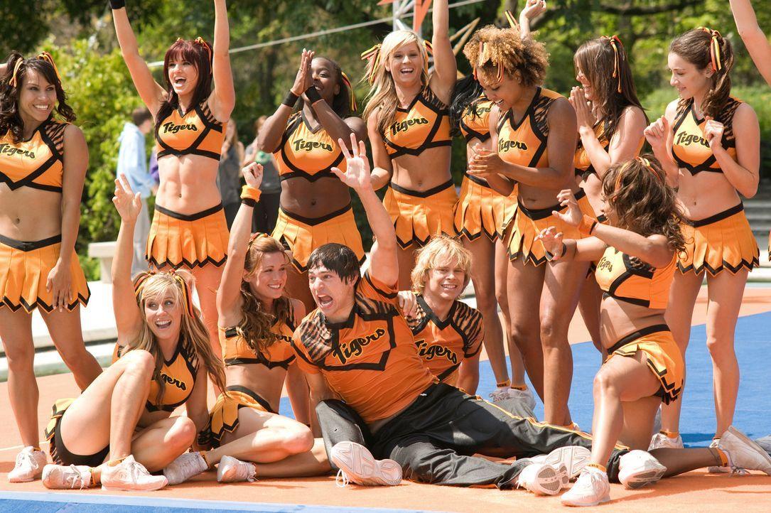 Im Cheerleadercamp haben Nick (Eric Christian Olsen, vorne r.) und Shawn (Nicholas D'Agosto, vorne 2.v.r.) ziemlich viel Spaß - bis sich Shawn in d... - Bildquelle: 2009 Screen Gems, Inc. All Rights Reserved.