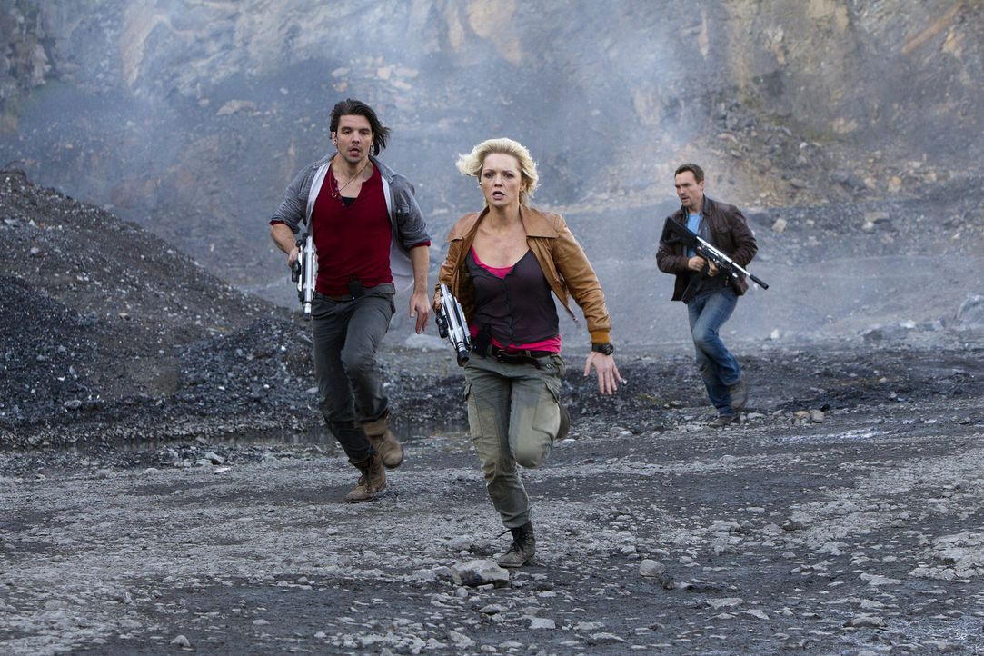 Können Abby (Hannah Spearritt, M.), Connor (Andrew Lee Potts, l.) und Matt (Ciaran McMenamin, r.) das Schlimmste verhindern? - Bildquelle: ITV Plc