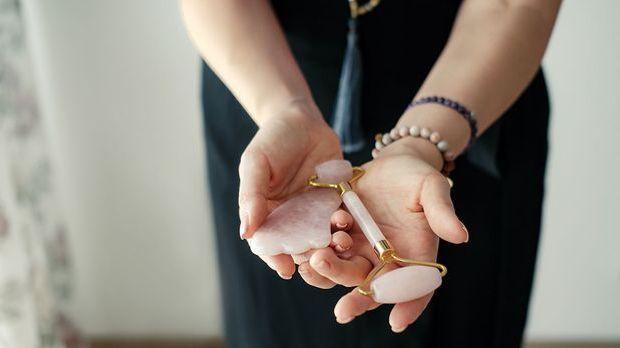 Gua Sha Behandlung – es gibt Steine aus Jade und Rosenquarz. Was sind die Unt...