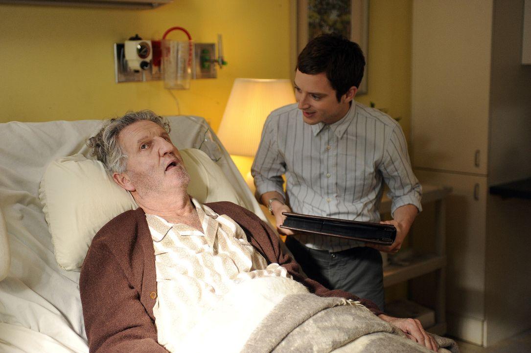 Ryan (Elijah Wood, r.) wollte Mr. Helms (E.J. Callahan, l.) eine Freude bereiten, indem er seine Fotos liebevoll in ein Album geklebt hat, doch die... - Bildquelle: 2011 FX Networks, LLC. All rights reserved.