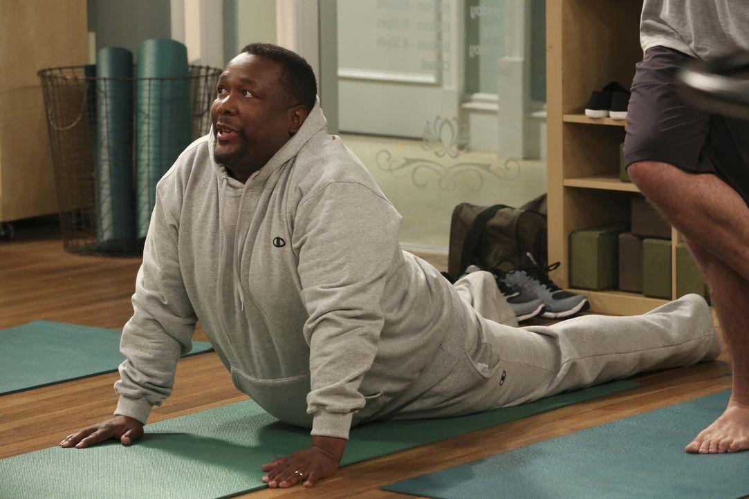 Teddy (Wendell Pierce) hat beim Yoga ein paar Probleme ... - Bildquelle: Michael Yarish 2014 CBS Broadcasting, Inc. All Rights Reserved