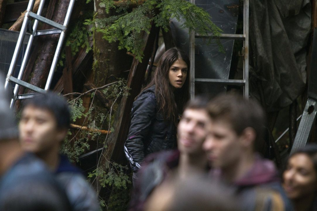 Kann Octavia (Marie Avgeropoulos, hinten) am Einigkeitstag für ein wenig Frieden sorgen? - Bildquelle: Warner Brothers