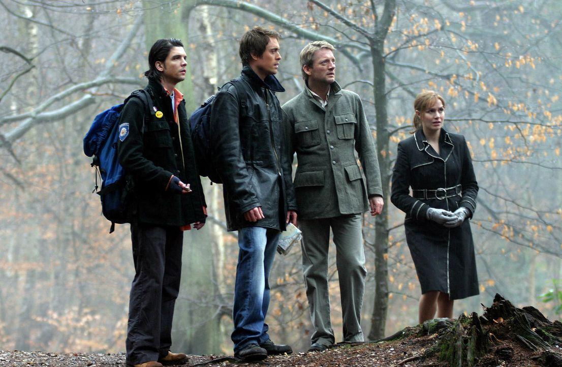 Machen eine unglaubliche Entdeckung: Connor (Andrew Lee Potts, l.), Stephen (James Murray, 2.v.l.), Cutter (Douglas Henshall, 2.v.r.) und Claudia (L... - Bildquelle: ITV Plc