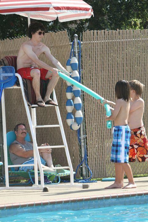 Eigentlich wollte Axl (Charlie McDermott, l.) nur Rettungsschwimmer werden, damit er die heißen Frauen im Bikini begutachten kann, doch nervige Kind... - Bildquelle: Warner Brothers