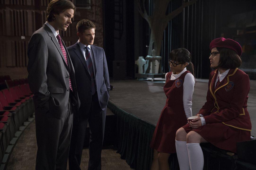 Eigentlich wollten Sam (Jared Padalecki, l.) und Dean (Jensen Ackles, 2.v.l.) nur nach einer verschwundenen Lehrerin suchen, doch als schließlich au... - Bildquelle: 2016 Warner Brothers