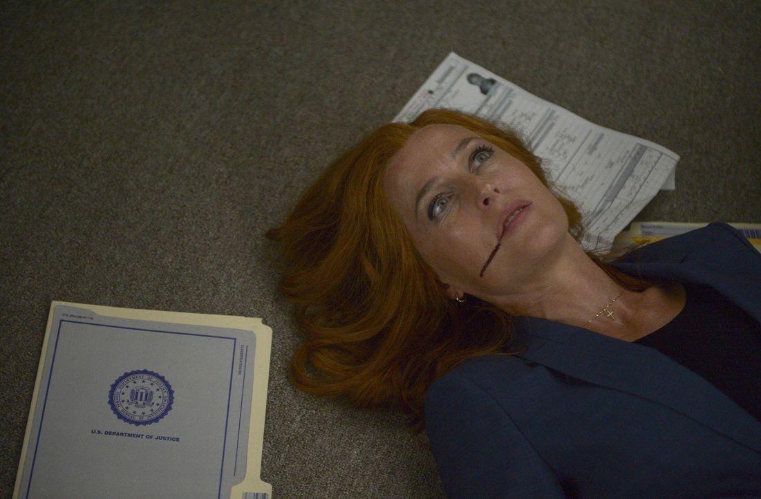 Mulder findet Scully (Gillian Anderson) bewusstlos in ihrem Büro. Was ist nur mit ihr geschehen? - Bildquelle: Sergei Bashlakov 2017 Fox and its related entities.  All rights reserved.