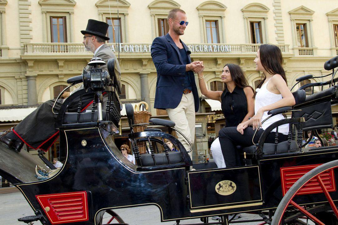 Bei einer Kutschfahrt durch Florenz will Dennis (2.v.l.) die Kandidatinnen Mariana (2.v.r.) und Anastasyia (r.) näher kennenlernen ... - Bildquelle: Richard Hübner ProSieben