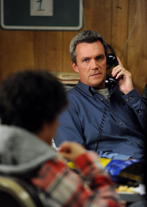Um seinem Sohn den Ernst des Lebens vor Augen zu führen, nimmt Mike (Charlie McDermott) ihn mit in den Steinbruch. Doch dann scheint Axl tatsächlich... - Bildquelle: Warner Brothers