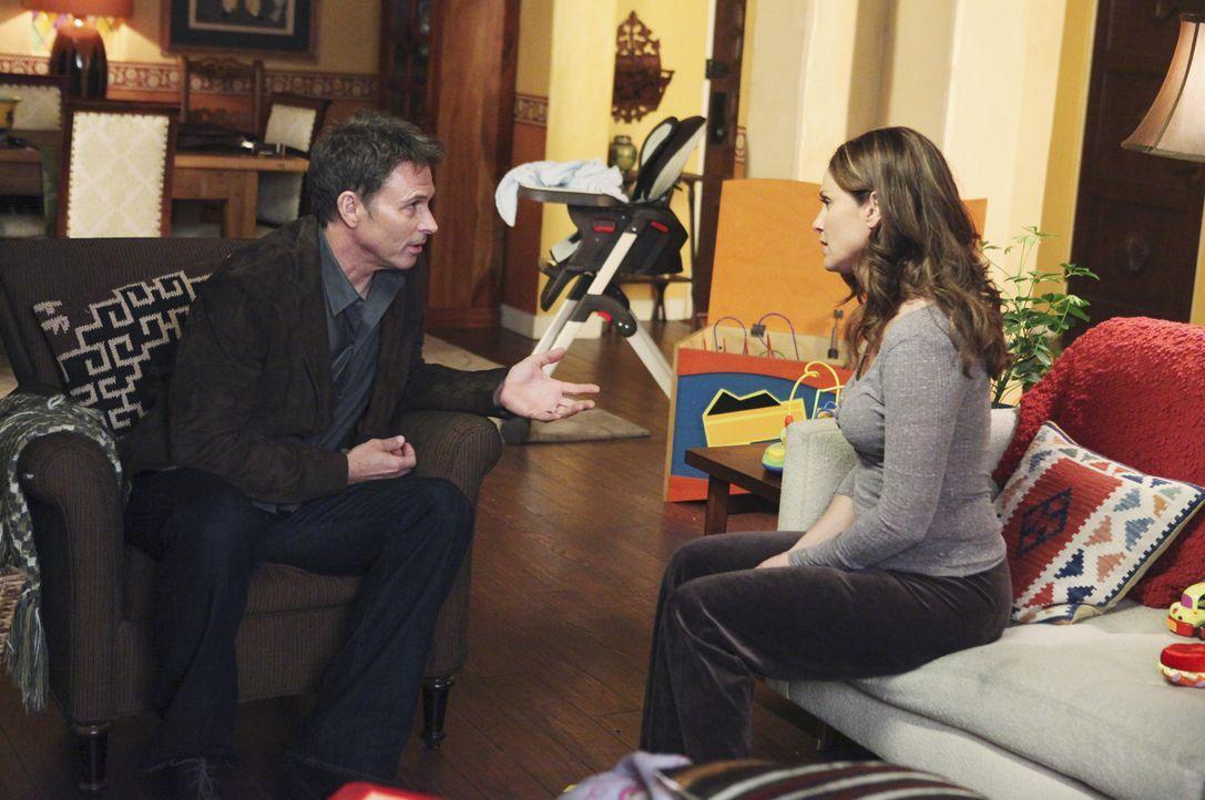 Nachdem Violet (Amy Brenneman, r.) ihre Lizenz bereits vorübergehend verloren hat, überlegt sie ob sie auf Buchtour gehen soll. Pete (Tim Daly, l.... - Bildquelle: ABC Studios