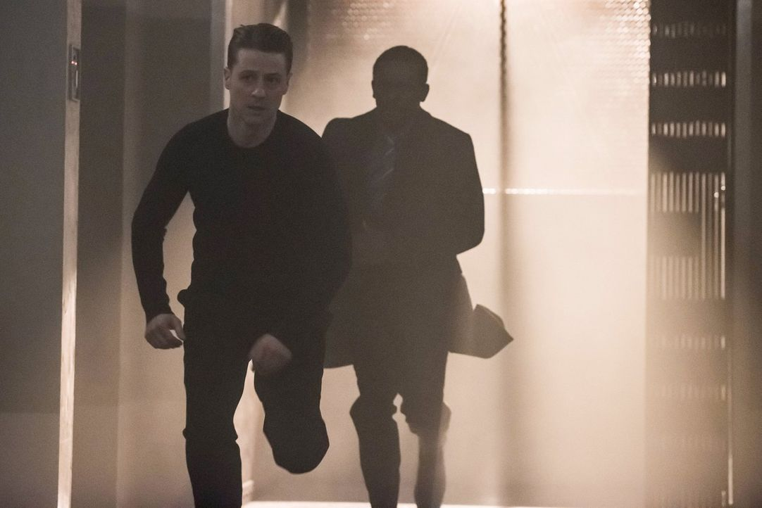 Ein Wettlauf gegen die Zeit beginnt, um Dr. Strange aufzuhalten. Doch wird es Gordon (Ben McKenzie, l.) und Lucius (Chris Chalk, r.) gelingen? - Bildquelle: Warner Brothers