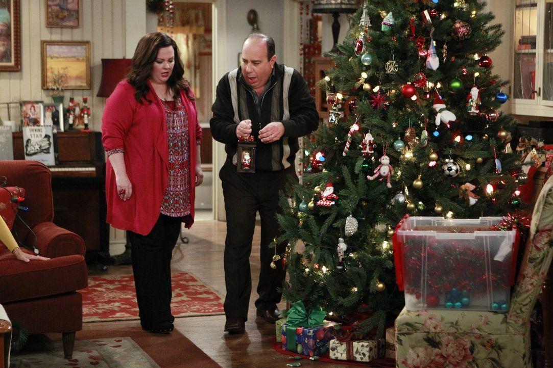 Weihnachten steht vor der Tür, doch Molly (Melissa McCarthy, l.) ist sauer auf Vince (Louis Mustillo, r.), da dieser die Weihnachtstraditionen der F... - Bildquelle: Warner Brothers