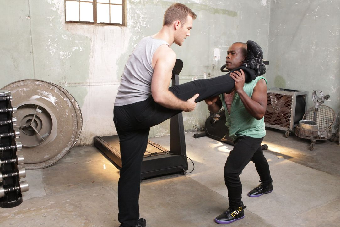 "Ein strenges Trainingsprogramm soll James (James Van Der Beek, l.) optimal auf ""Dancing with the stars"" vorbereiten, wobei Luther (Ray Ford, r.) den... - Bildquelle: 2012 American Broadcasting Companies. All rights reserved."