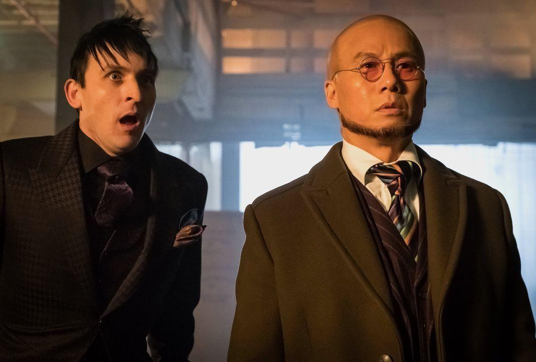 Während Gotham im Chaos versinkt, versuchen Gordon und Bullock das Gegenmittel zu finden. Bevor Strange (B.D. Wong, r.) die Stadt verlassen kann, wi... - Bildquelle: Warner Brothers