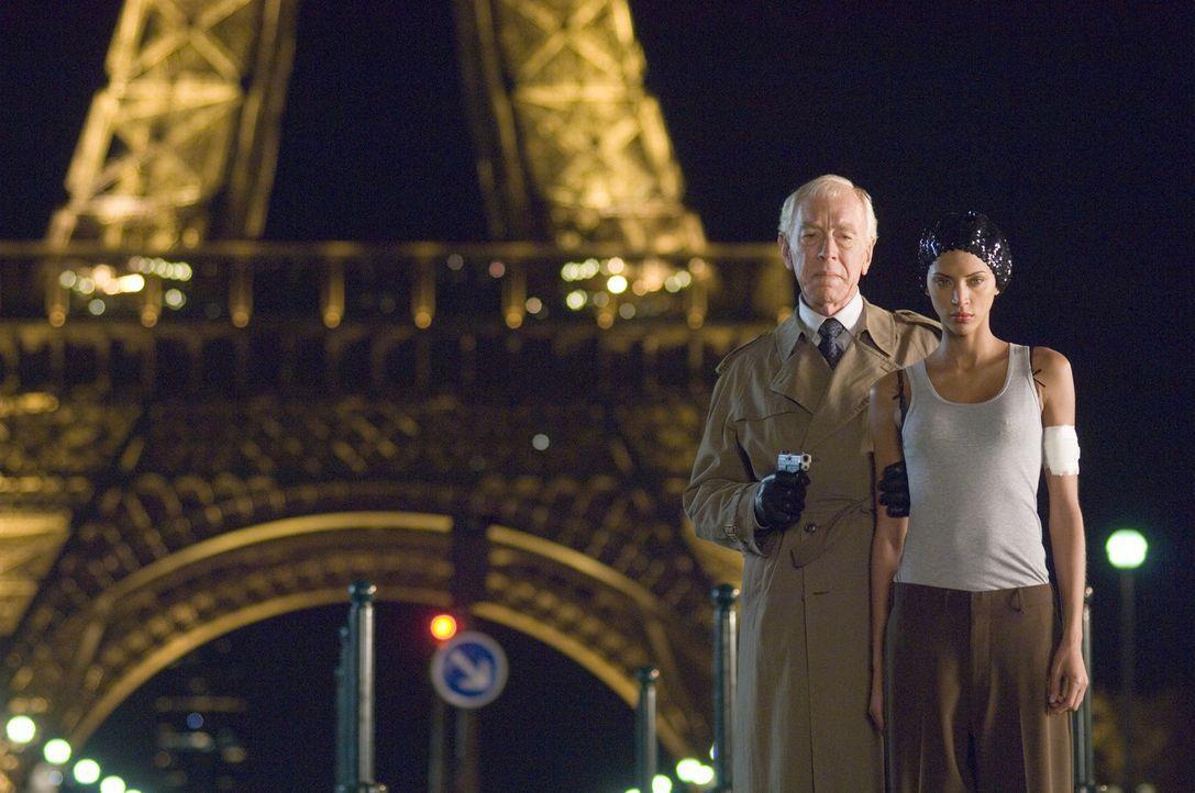 Schon bald befürchten die beiden Chaotencops, dass der einflussreiche französische Botschafter Reynard (Max von Sydow, l.) mit den Triaden gemeins... - Bildquelle: Warner Bros.