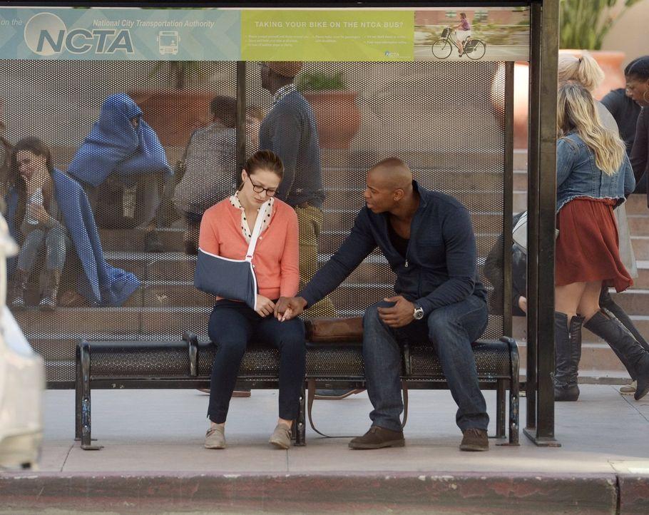 Nachdem Kara (Melissa Benoist, l.) ihre Superkräfte zumindest zeitweise verloren hat, versucht James (Mehcad Brooks, r.) ihr klarzumachen, dass es n... - Bildquelle: 2015 Warner Bros. Entertainment, Inc.