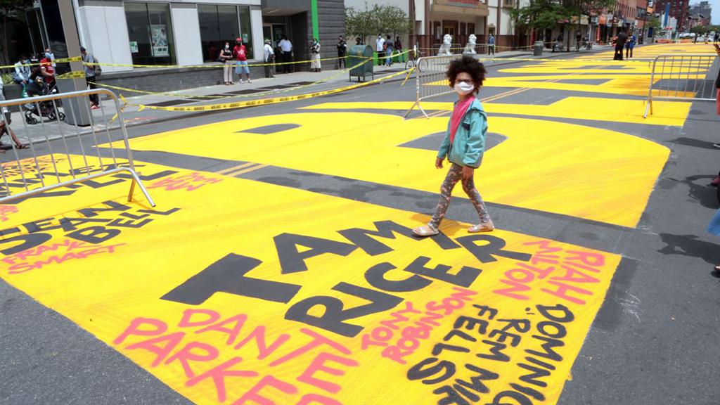 """In der Fulton Street im New Yorker Stadtteil Brooklyn steht in großen gelben Buchstaben """"Black Lives Matter"""". - Bildquelle: picture alliance/Capital Pictures"""