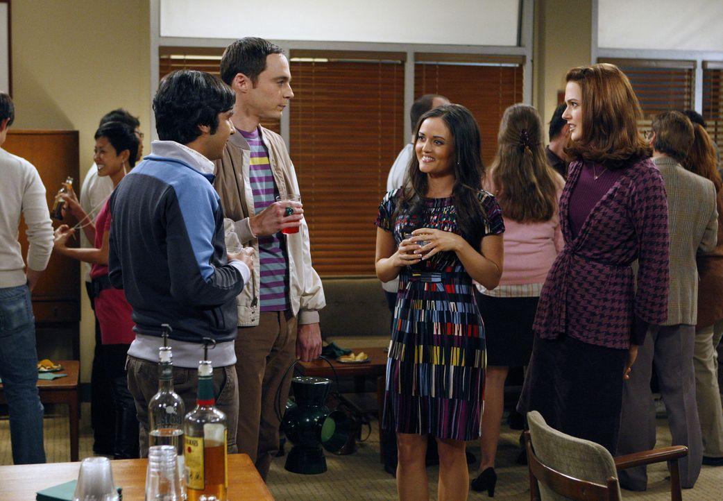 Raj (Kunal Nayyar, l.) bequatscht Sheldon (Jim Parsons, 2.v.l.), mit ihm auszugehen, um eine Frau kennenzulernen. Doch ob sich die hübschen und int... - Bildquelle: Warner Bros. Television