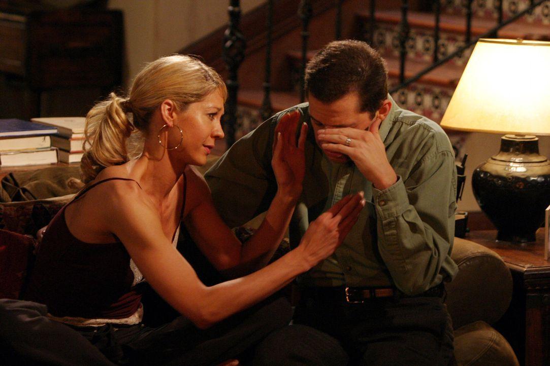 Zwischen Frankie (Jenna Elfman, l.) und Alan (Jon Cryer, r.) entwickelt sich langsam eine Romanze ... - Bildquelle: Warner Brothers Entertainment Inc.