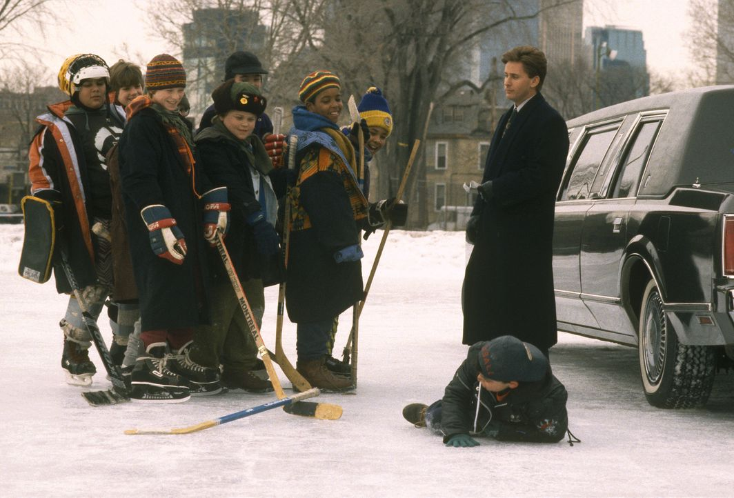 Wegen Trunkenheit am Steuer wird der Anwalt Gordon Bombay (Emilio Estevez, r.) zum sozialen Dienst verdonnert. Als ehemaliger Eishockeyspieler soll...