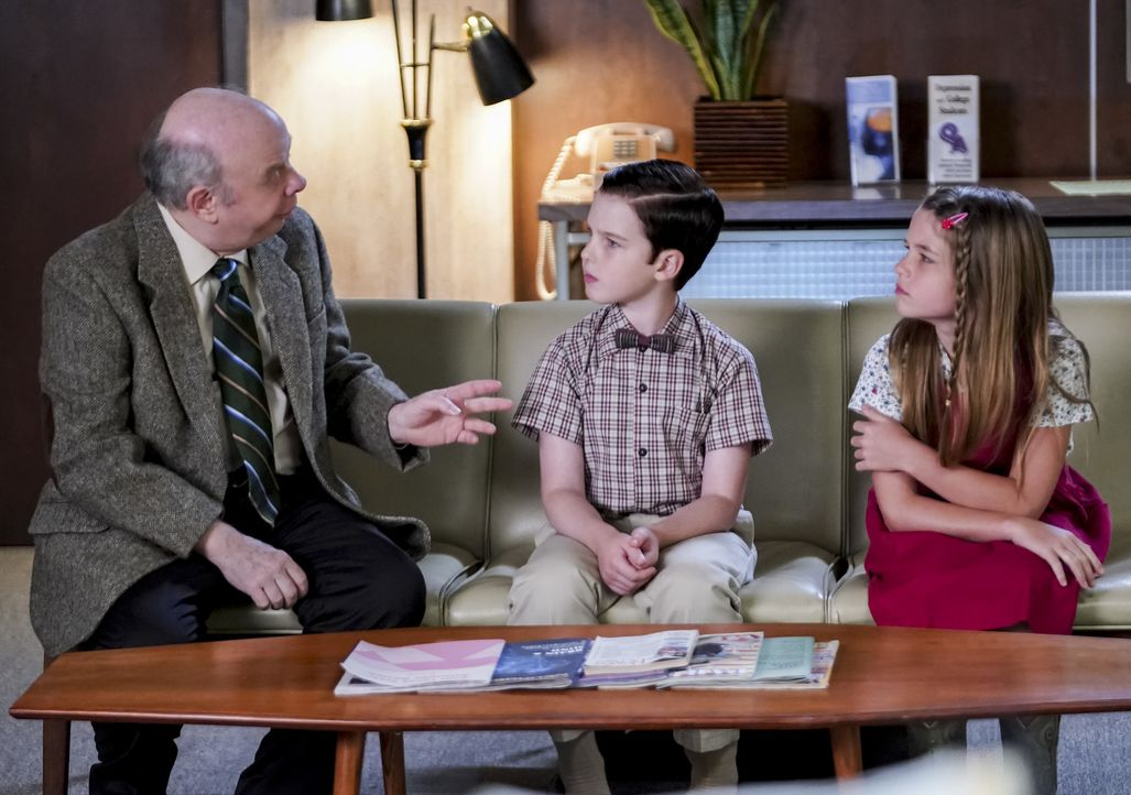 (v.l.n.r.) Dr. Sturgis (Wallace Shawn); Sheldon (Iain Armitage); Missy (Raegan Revord) - Bildquelle: Sonja Flemming 2018 CBS Broadcasting, Inc. All Rights Reserved./Sonja Flemming