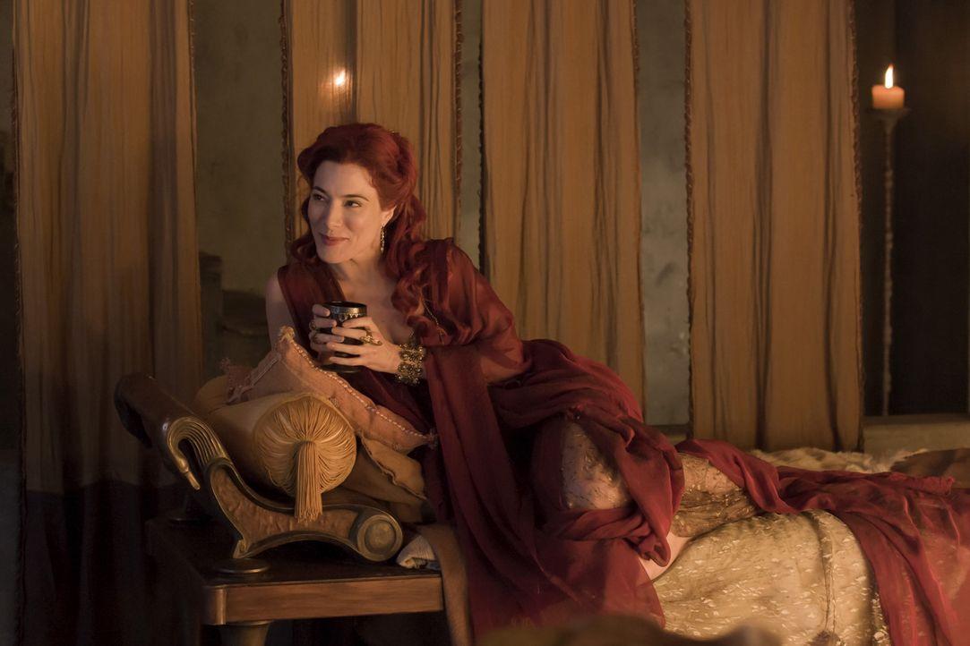 Gaia (Jaime Murray) ist eine langjährige Freundin von Lucretia, und frisch verwitwet. Sie kommt in Capua unangemeldet an und bringt eine Lust für... - Bildquelle: 2010 Starz Entertainment, LLC
