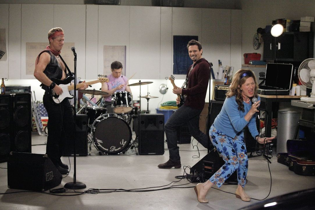 Sheila (Ana Gasteyer, vorne r.) rockt die Väterband und zeigt George (Jeremy Sisto, Mitte r.) mal wie sich ein Sänger anhören muss. Der ist begeiste... - Bildquelle: Warner Brothers