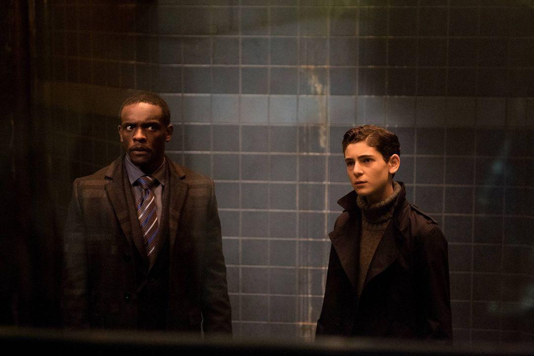 Versuchen, Selina aus Arkham zu retten: Fox (Chris Chalk, l.) und Bruce Wayne (David Mazouz, r.) ... - Bildquelle: Warner Brothers