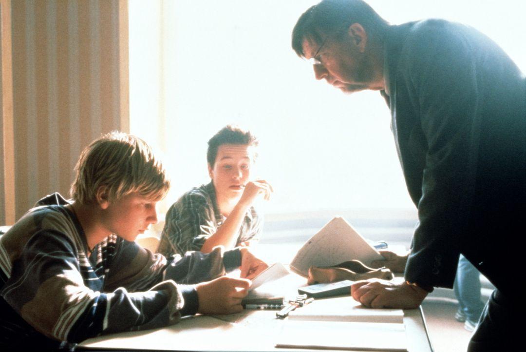 Jeden Tag wartet auf Benjamin (Robert Stadlober, l.) und Janosch (Tom Schilling, M.) eine besondere Qual: der Matheunterricht bei Herrn Richter (Ger... - Bildquelle: Constantin Film