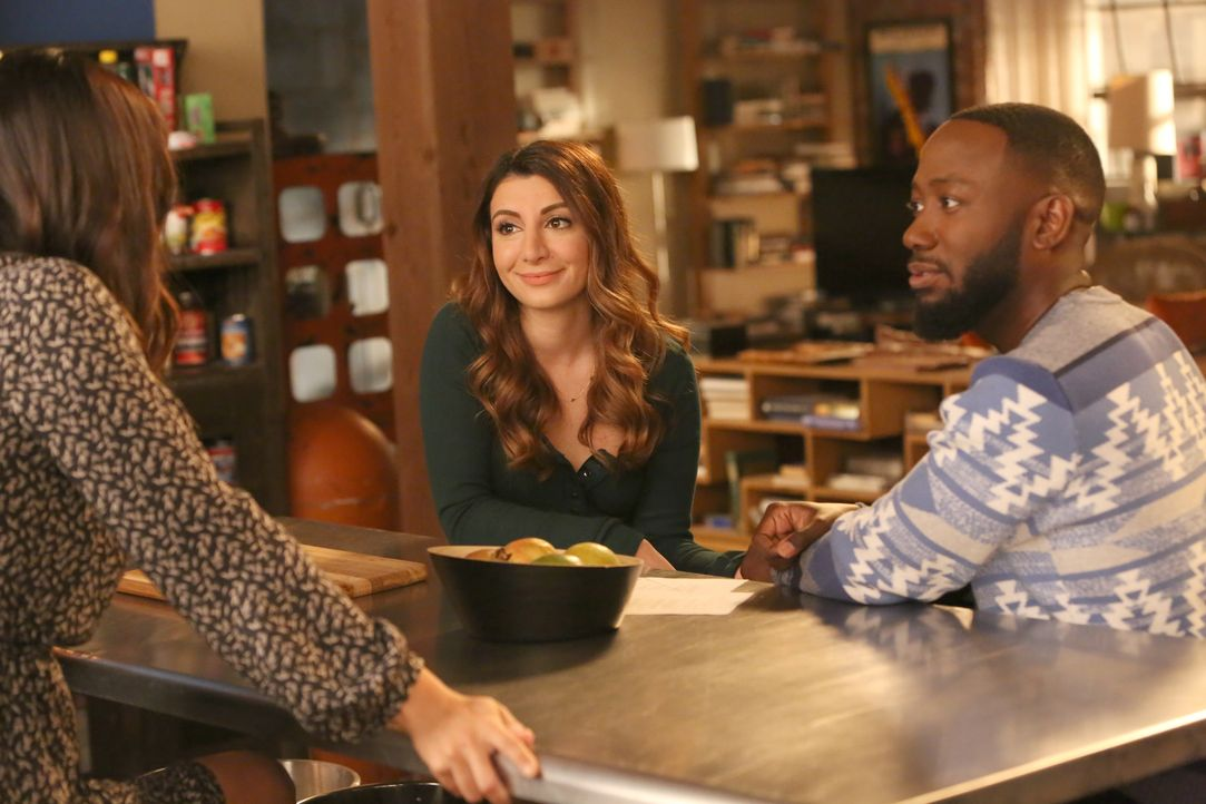 Um Aly (Nasim Pedrad, l.) heiraten zu können, will sich Winston (Lamorne Morris, r.) endlich von Rhonda scheiden lassen, die er als Streich einmal g... - Bildquelle: Patrick McElhenney 2017 Fox and its related entities. All rights reserved. / Patrick McElhenney