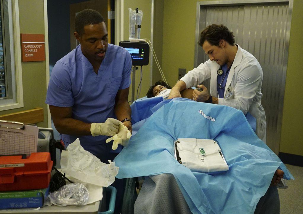 Als ein Junge verschwunden ist, wird im Krankenhaus der Code Pink ausgerufen - was Ben (Jason George, l.) und Andrew (Giacomo Gianniotti, r.) dazu b... - Bildquelle: Richard Cartwright ABC Studios