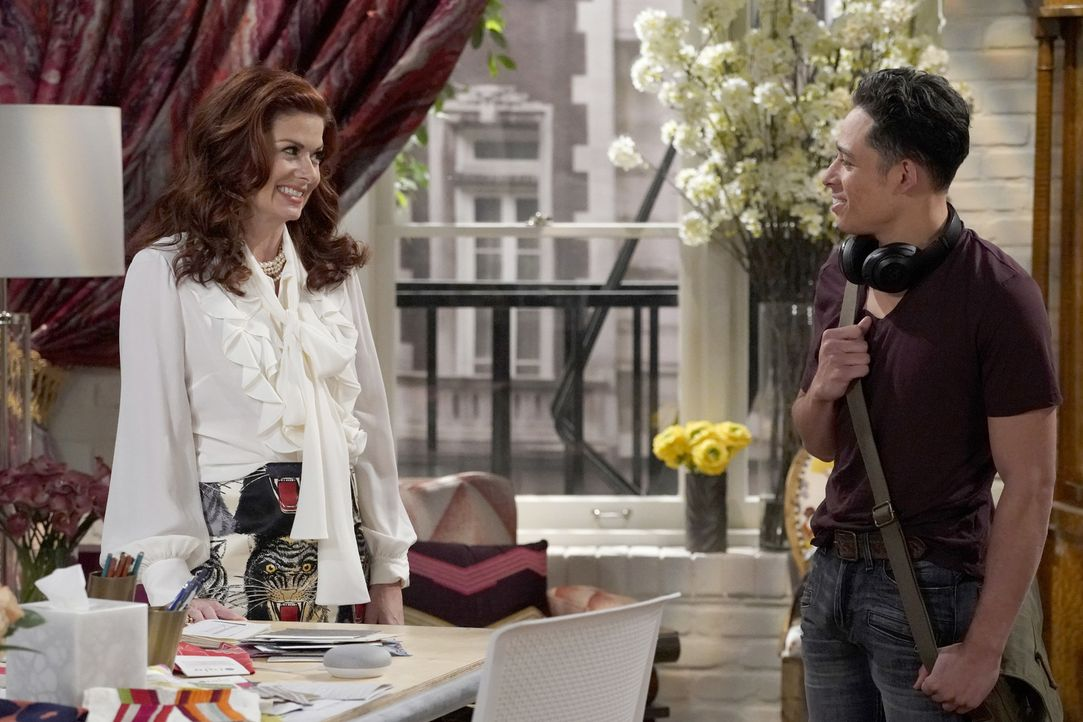 Lässt sich Grace (Debra Messing, l.) tatsächlich auf einen Flirt mit ihrem Angestellten Tony (Anthony Ramos, r.) ein? - Bildquelle: Chris Haston 2017 NBCUniversal Media, LLC