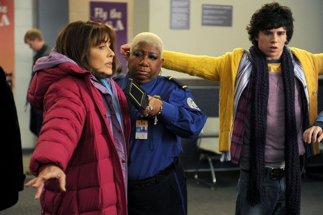 Weil Frankie (Patricia Heaton, l.) ihren Koffer heillos überpackt, müssen sie, Axl (Charlie McDermott, r.) und der Rest der Hecks sich all ihre Klam... - Bildquelle: Warner Brothers