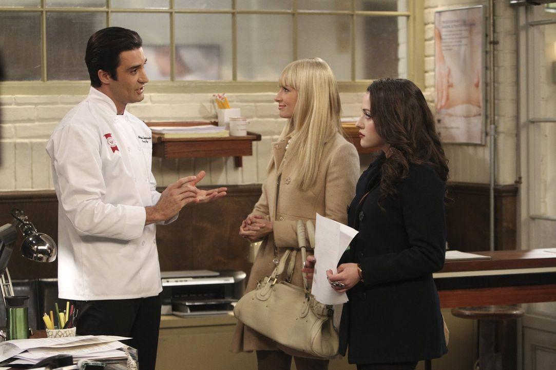 Max (Kat Dennings, r.) beschließt, sich bei der Manhattan School of Pastry zu bewerben. Selbstbewusst wird sie von Caroline (Beth Behrs, M.) begleit... - Bildquelle: Warner Brothers