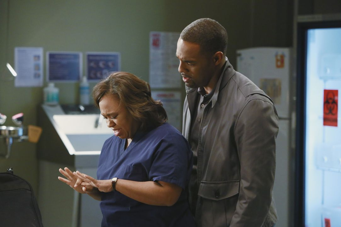 Ben (Jason George, r.) ist der Einzige, der im Moment an Bailey (Chandra Wilson, l.) rankommt. Sie fühlt sich trotz negativer Testergebnisse immer... - Bildquelle: ABC Studios