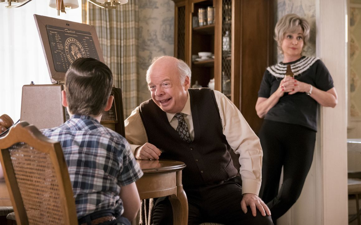 (v.l.n.r.) Sheldon Cooper (Iain Armitage); Dr. John Sturgis (Wallace Shawn); Meemaw (Annie Potts) - Bildquelle: Michael Desmond 2019 WBEI. All rights reserved. / Michael Desmond