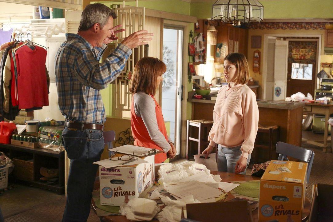 (v.l.n.r.) Mike (Neil Flynn); Frankie (Patricia Heaton, M.); Sue (Eden Sher, r.) - Bildquelle: Warner Brothers