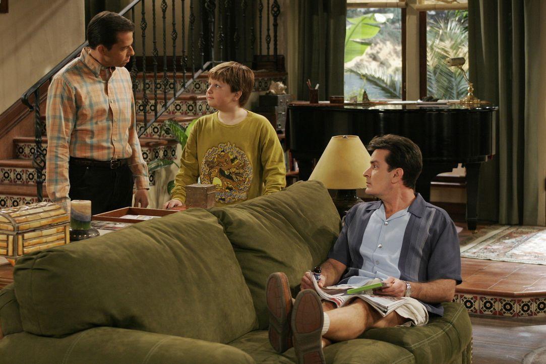 Jake (Angus T. Jones, M.) muss sich für sein Verhalten vor seinem Vater (Jon Cryer, l.) und seinem Onkel Charlie (Charlie Sheen, r.) rechtfertigen... - Bildquelle: Warner Brothers Entertainment Inc.