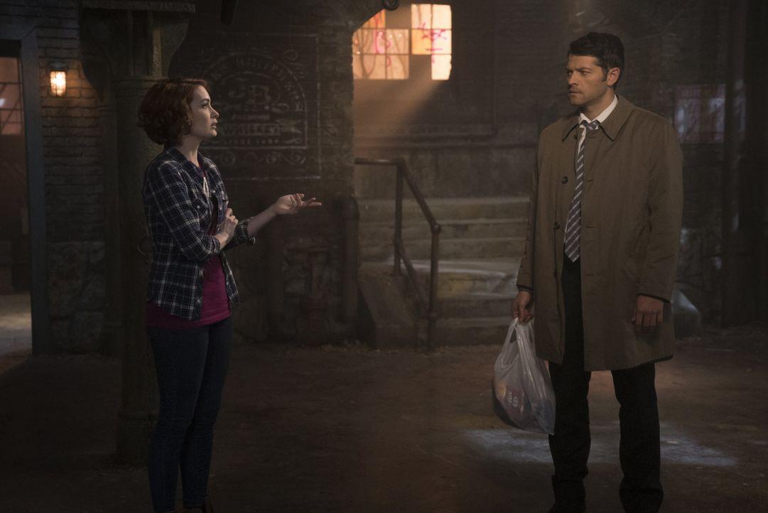 Werden sich Charlie (Felicia Day, l.) und Castiel (Misha Collins, r.) wirklich darauf einlassen, hinter Deans Rücken mit Sam zusammenzuarbeiten? - Bildquelle: 2016 Warner Brothers