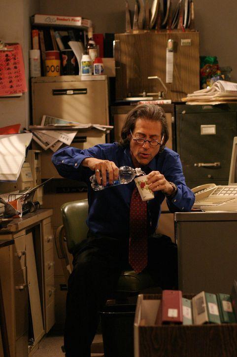 Stan (Richard Lewis) fungiert als Charlies Finanzberater - doch hat er das wirklich drauf? - Bildquelle: Warner Brothers Entertainment Inc.