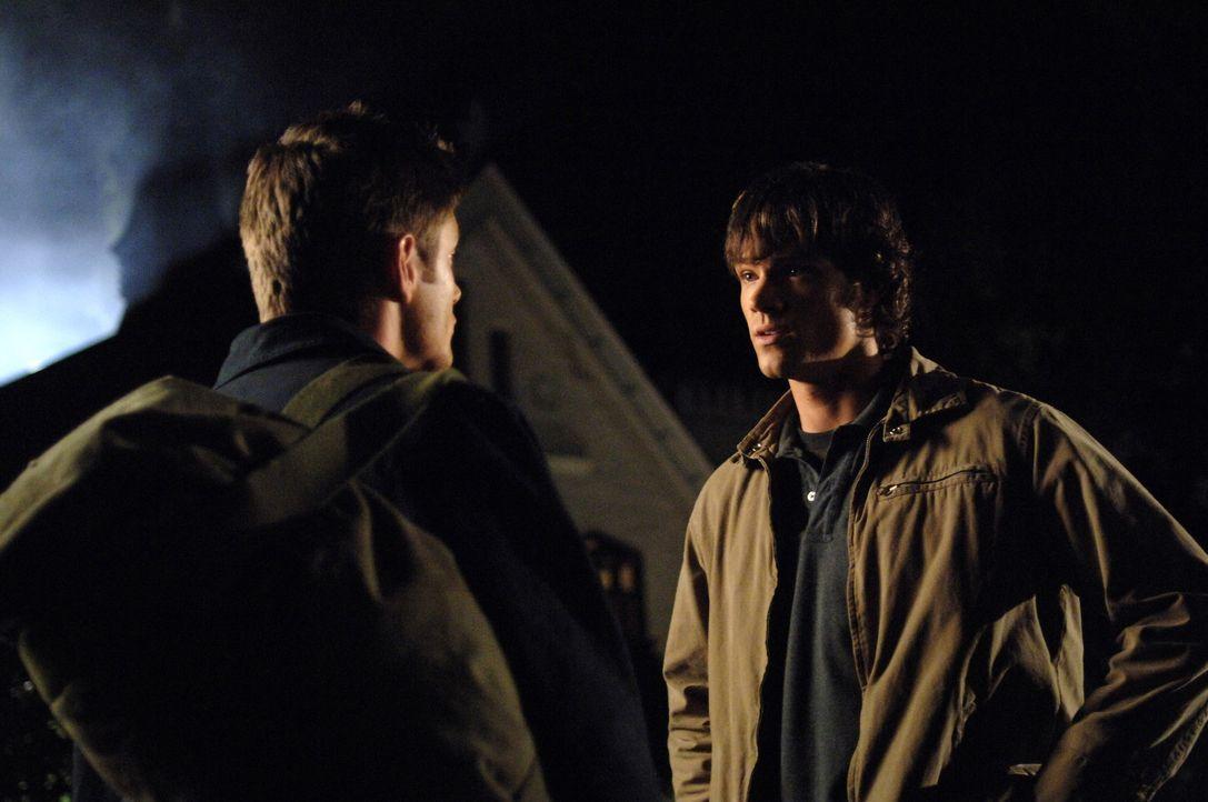Um Lori und ihren Vater, den Reverend des Ortes, vor dem Hakenmann zu retten, müssen Sam (Jared Padalecki, r.) und Dean (Jensen Ackles, l.) die Kno... - Bildquelle: Warner Bros. Television