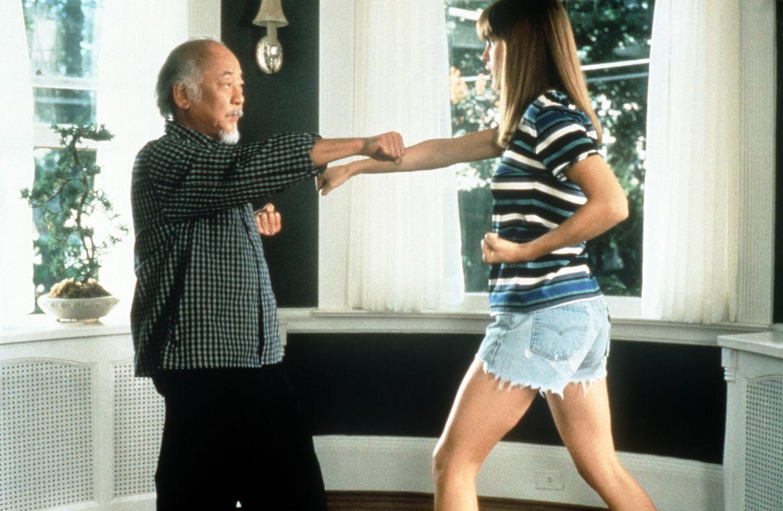 """Nach anfänglicher Ablehnung findet die mürrische und in sich gekehrte Julie (Hilary Swank, r.) Gefallen an Mr. Miyagis (Noriyuki """"Pat"""" Morita, l.)... - Bildquelle: Columbia Pictures"""