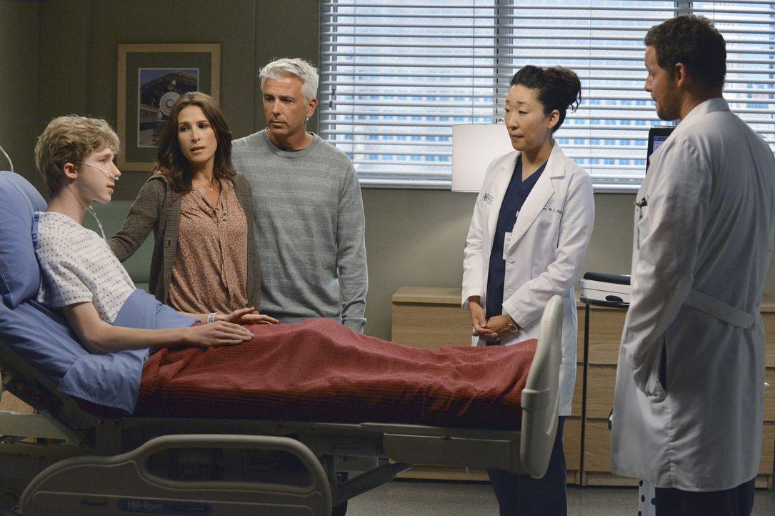 Dr. Christina Yang (Sandra Oh, 2.v.r.) und Dr. Alex Karev (Justin Chambers, r.) sollen bei Michael (Joey Luthman, l.) eine nicht ungefährliche Herz... - Bildquelle: ABC Studios