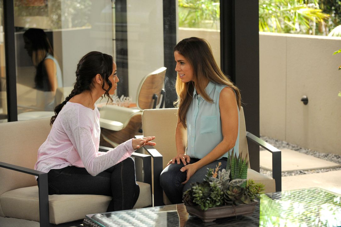 Gemeinsam versuchen sie, hinter die Ursache für den Tod von Flora zu kommen: Rosie (Dania Ramirez, l.) und Marisol (Ana Ortiz, r.) ... - Bildquelle: ABC Studios
