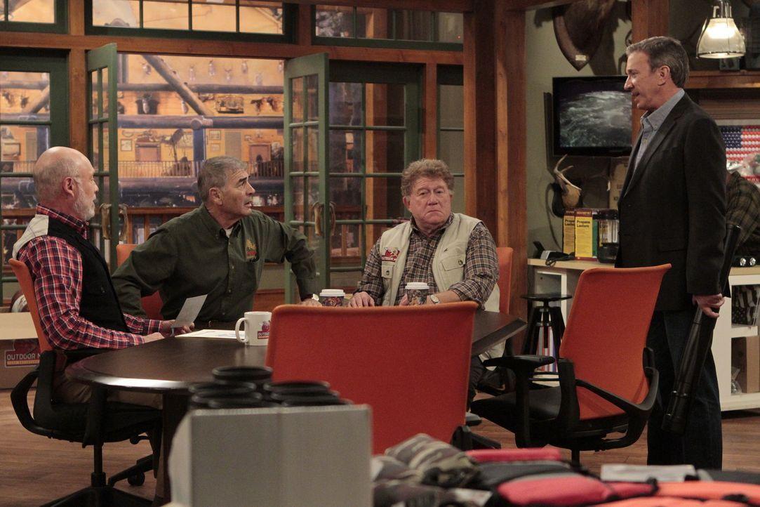 Weil Mike (Tim Allen, r.) sich zu sehr über seinen Vater Bud (Robert Foster, 2.v.l.) und dessen neue Flamme aufregt, verordnet  sein Chef Ed (Hector... - Bildquelle: 2011 Twentieth Century Fox Film Corporation