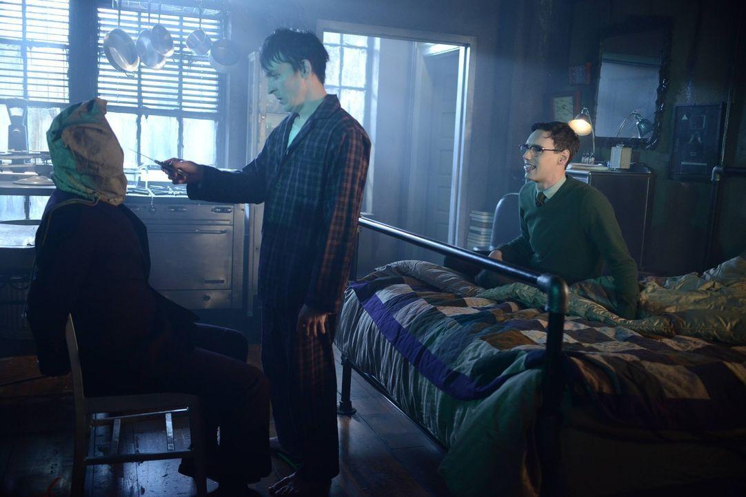 Edward (Cory Michael Smith, r.) möchte Penguin (Robin Lord Taylor, M.) etwas aufmuntern und hat ihm jemanden zum Töten gebracht, damit er Vergeltung... - Bildquelle: Warner Brothers