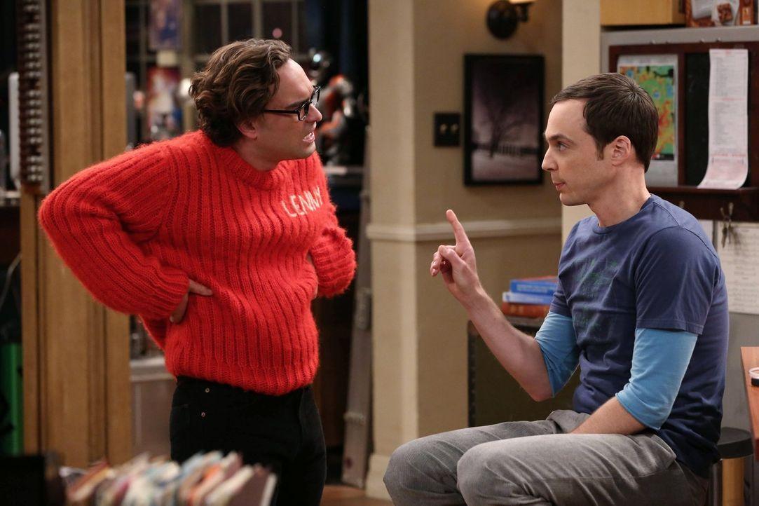 Leonard (Johnny Galecki, l.) fischt eine längst überfällige Leih-DVD aus seiner Rumpelkiste, die einst auf Sheldons Kundenkarte ausgeliehen wurde. S... - Bildquelle: Warner Brothers Entertainment Inc.