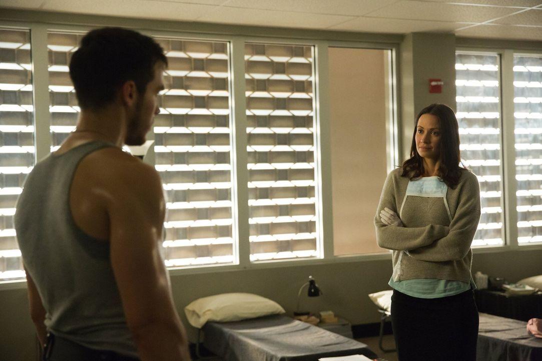 Jake (Chris Wood, l.) und Katie (Kristen Gutoskie, r.) versuchen, mit der Situation im Sperrgebiet zurechtzukommen, obwohl sich die Lage scheinbar s... - Bildquelle: Warner Brothers