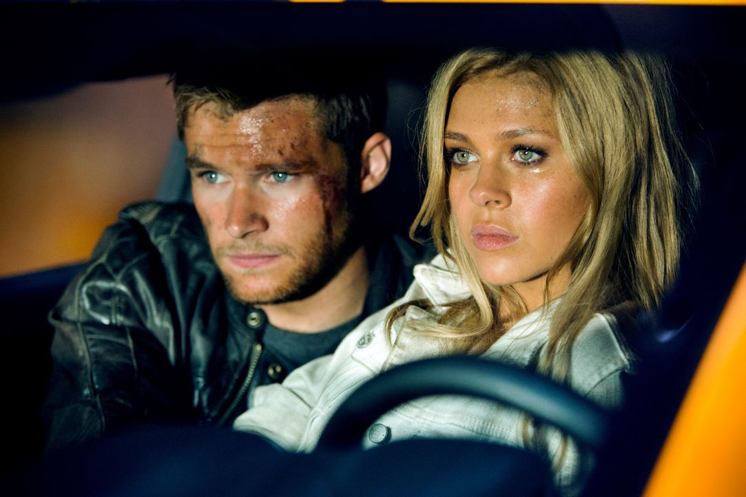 Vor kurzem war Tessa Yaegers (Nicola Peltz, r.) einzige Sorge, dass ihr Vater ihre Beziehung mit Shane (Jack Reynor, l.) toleriert. Nun liegt das Sc... - Bildquelle: (2016) Paramount Pictures. All Rights Reserved. TRANSFORMERS, its logo and all related characters are trademarks of Hasbro and are used with permiss