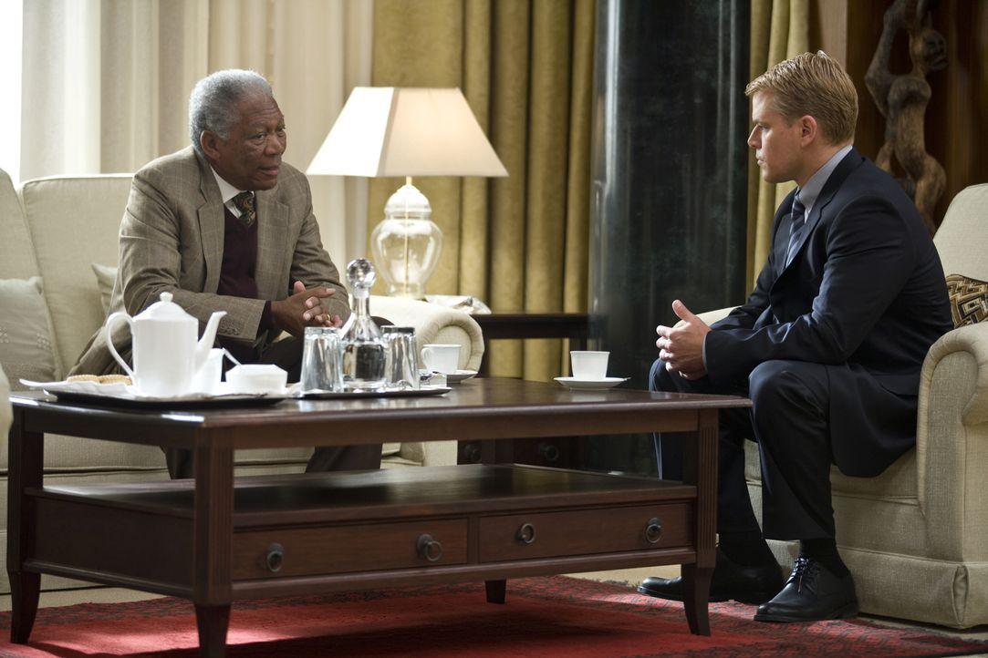 """Obwohl Rugby als """"Sport der Weißen? gilt, will Präsident Nelson Mandela (Morgan Freeman, l.) die 1995 im eigenen Land stattfindende Rugby-Weltmeiste... - Bildquelle: Warner Bros."""